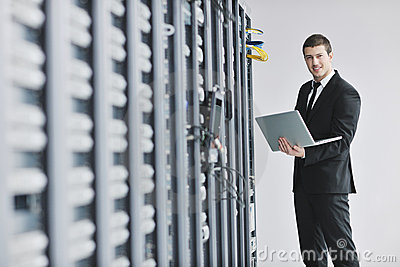 Uomo d affari con il computer portatile nella stanza del servizio rete