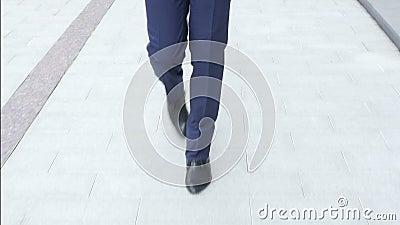 Uomo d'affari Feet Walking, Front View, all'aperto archivi video