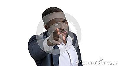 Uomo d'affari nero con differenti espressioni facciali e gesti archivi video