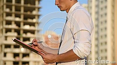 Uomo d'affari With Red Clipboard archivi video