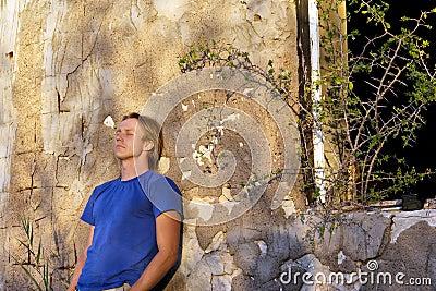 Uomo depresso vicino alla casa abbandonata