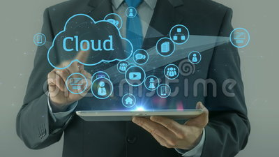 Uomo di affari che indica sul cuscinetto della compressa di concetto di media della rete della nuvola stock footage