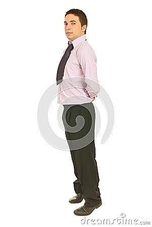 Uomo di affari che si leva in piedi sulle punte