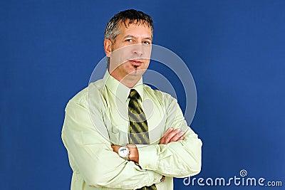 Uomo di affari con sorridere attraversato armi