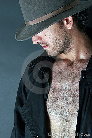 Uomo di mistero che nasconde il suo fronte sotto un cappello