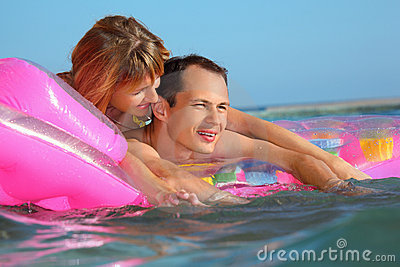 Uomo e donne che si trovano su un materasso gonfiabile