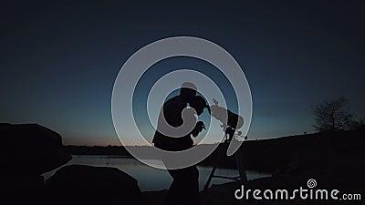 Uomo e ragazzo che per mezzo del telescopio stock footage