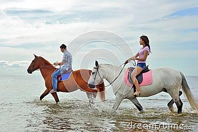 Uomo e una donna su a cavallo