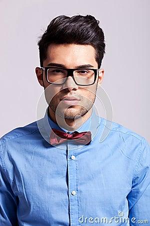 Uomo elegante casuale che porta un legame di arco