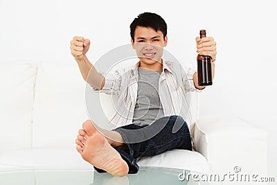 Uomo emozionante con birra