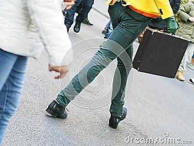 Uomo esagerato che cammina con una cartella