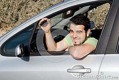 Uomo felice con il nuovo tasto dell automobile