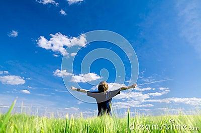 Uomo felice con le braccia in su