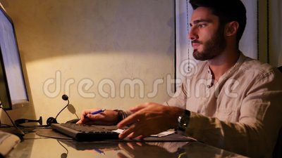 Uomo frustrato arrabbiato con il computer rotto video d archivio