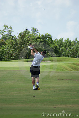 Uomo golfing