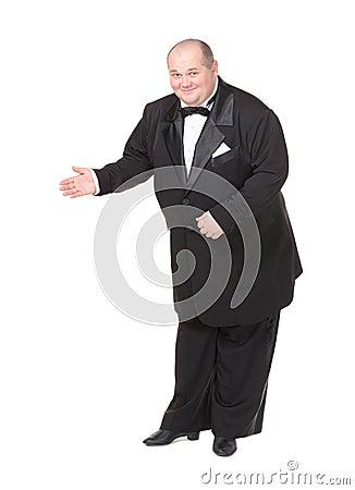 Uomo grasso elegante in un indicare del legame di arco