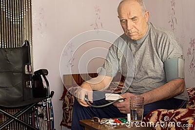 Uomo Handicappato Senior Che Prende La Sua Pressione