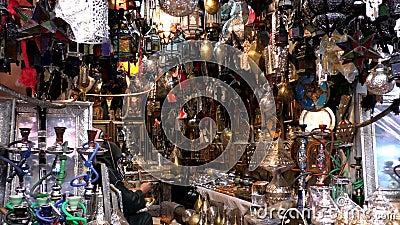 Uomo marocchino di berbero che lavora nel negozio di illuminazione archivi video