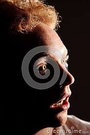 Uomo a occhi spalancati