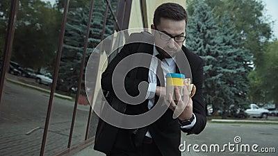 Uomo occupato con uno stile di vita non sano in fretta video d archivio