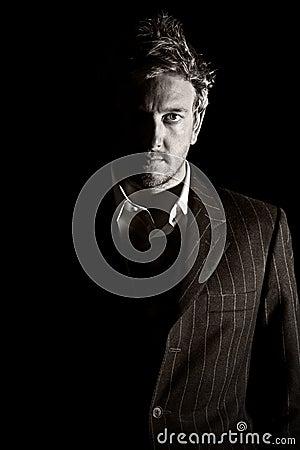 Uomo scuro di affari