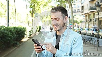 Uomo soddisfatto che usa il telefono con il pollice su video d archivio