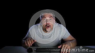 Uomo sorpreso felicemente osservando le notizie online Emozioni della sorpresa video d archivio