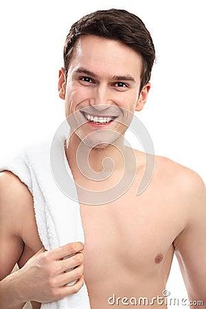 Uomo sorridente con l asciugamano