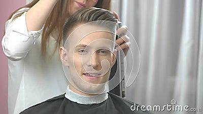 Uomo a sorridere del barbiere