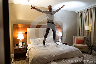 Uomo sul letto fotografia stock immagine 63110747 - Uomo leone a letto ...
