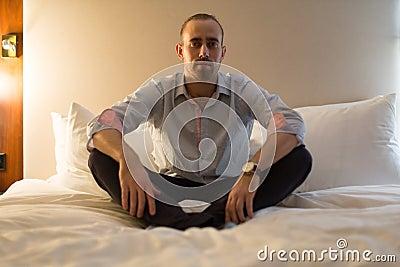 Uomo sul letto fotografia stock immagine 63110774 - Uomo leone a letto ...