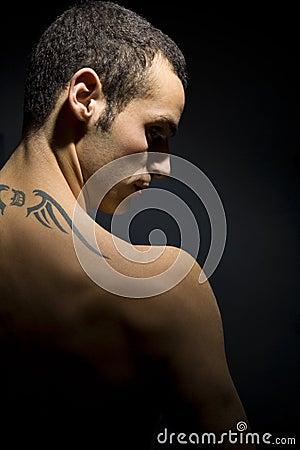 Uomo tatuaato