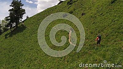 Uomo in trekking Destinazione viaggio avventura Foto aerea video d archivio