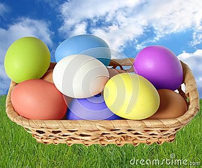 Merce nel carrello delle uova di Pasqua.