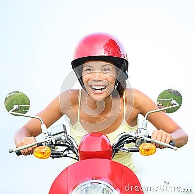 Upphetsad kvinna på den lyckliga sparkcykeln