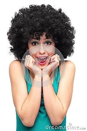 Upphetsad kvinna som ha på sig den afro wigen