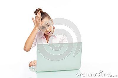 Uppriven kvinna som ser henne bärbar dator