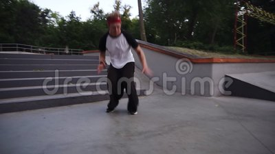 Urban parkour runner che fa esercizio all'aperto Correre veloce e saltare le scale lunghe facendo un salto dopo Esterni archivi video
