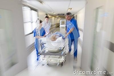Urgence patiente d hôpital de chariot d hôpital à civière de tache floue de mouvement