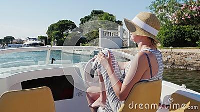 Urlaubsträume in Europa Frau in Sonnenbrillen und Hut in einem kleinen Boot in Empuriabrava, Spanien stock video
