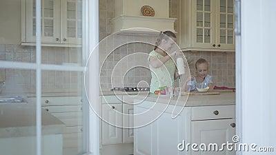 Urocza potomstwo matka i mały śliczny córka kucharz w kuchni wpólnie szcz??liwa rodzina Związek córka i mama zbiory wideo