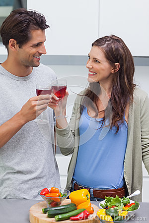 Uroczej pary clinking szkło czerwone wino