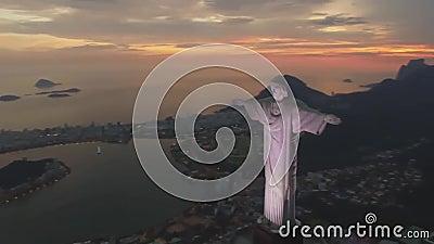 Ursnygg flyg- sikt på monumentet för staty för Cristo Redentor KristusFörlossare på seascape för Rio de Janeiro Brasil aftonsolne arkivfilmer