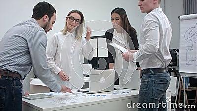 Urzędnicy dyskutuje pomysły dla projekta zdjęcie wideo
