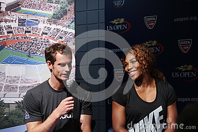 US Open 2012 campeões Serena Williams e Andy Murray na cerimônia 2013 da tração do US Open Foto de Stock Editorial