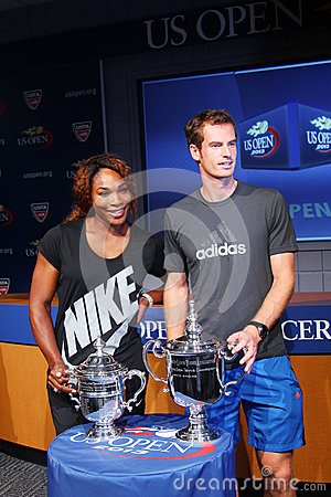US Open 2012 campeones Serena Williams y Andy Murray con los trofeos del US Open en la ceremonia 2013 del drenaje del US Open Foto editorial