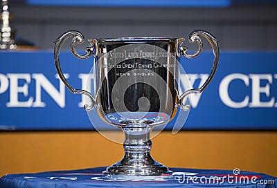 US Open mężczyzna przerzedżą trofeum przedstawiającego przy 2013 us open remisu ceremonią Zdjęcie Editorial