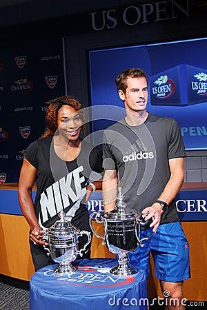 US Open 2012 Meister Serena Williams und Andy Murray mit US Open-Trophäen an der Zeremonie 2013 des US Open-abgehobenen Betrages Redaktionelles Foto