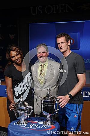 US Open 2012 verdedigt Serena Williams en Andy Murray met USTA-Voorzitter, CEO en President Dave Haggerty bij het 2013 US Open Dra Redactionele Afbeelding