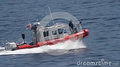 USA-kustbevakning med maskingeväret på vatten arkivfilmer